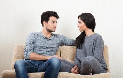 Mann og kvinne som snakker