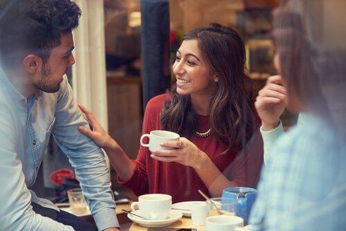 Venner drikker kaffe.