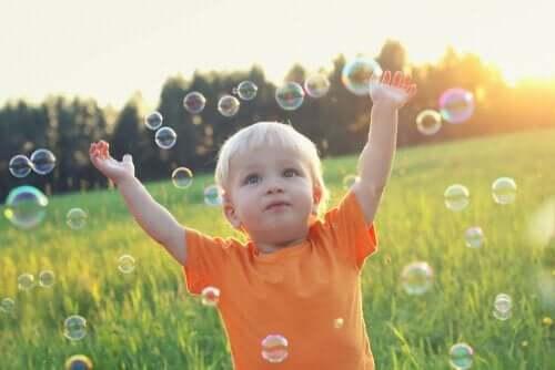 Barn med bobler.