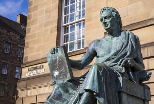 En statue av David Hume.