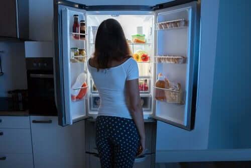 Kvinne foran et kjøleskap.