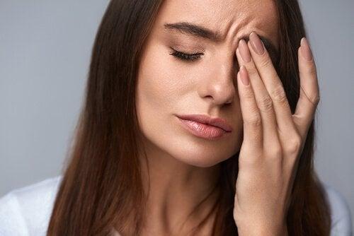 Kvinne med migrene.