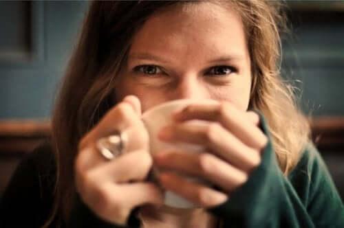 Kvinne som drikker te.