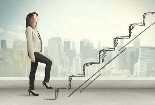 Kvinne som klatrer i trappene.