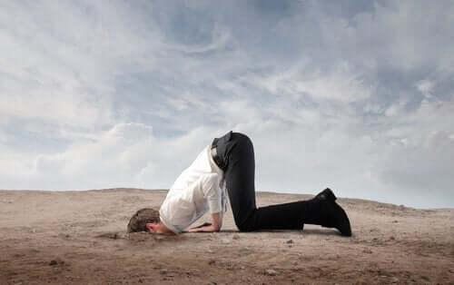 mann med koro syndrom begraver hodet i bakken
