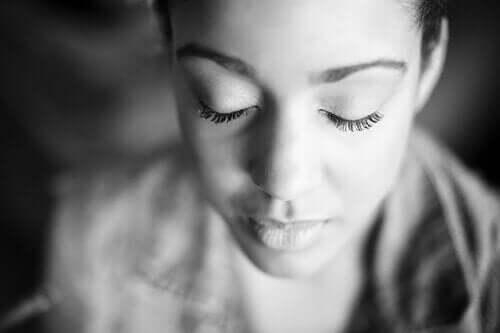 Mediterende kvinne.