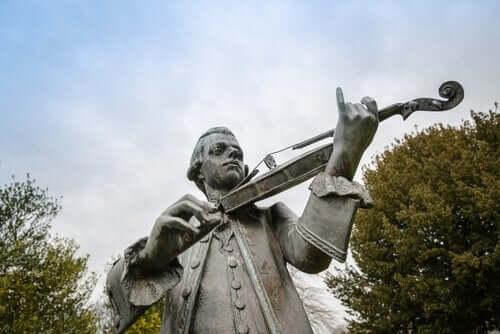 En statue av Wolfgang Amadeus Mozart som spiller fiolin.