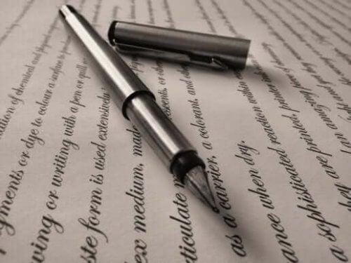 Setninger skrevet med blekkpenn.