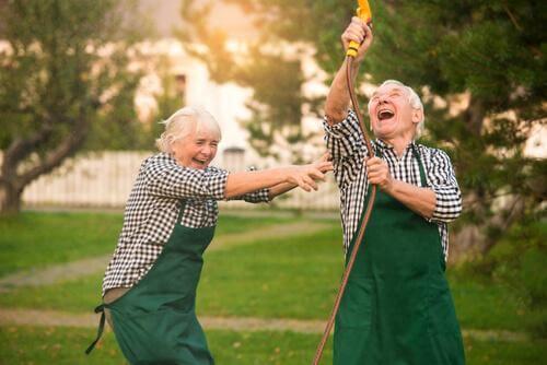 Eldre par har det moro
