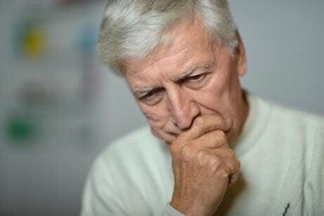 En bekymret eldre mann