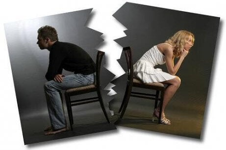Et delt bilde av et sint par