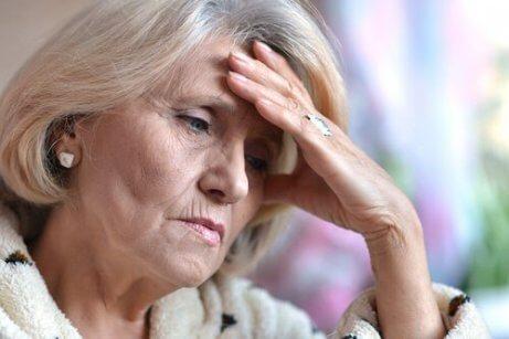 En eldre kvinne ser trist ut