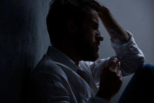 mann med depresjon røyker