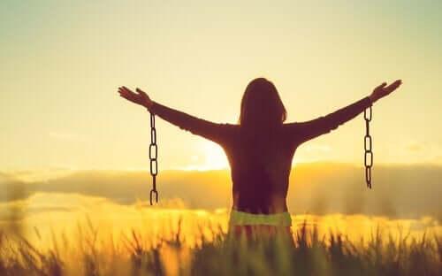 Gjør det å godta negative følelser deg lykkeligere?