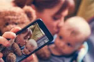 Sharenting: Risikoen ved å dele livet til barnet ditt på sosiale medier