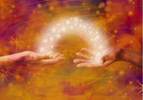 Energi går fra en hånd til den andre