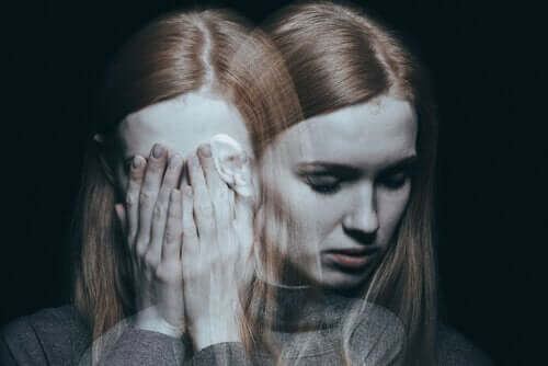 Kvinne viser symptomene på schizofreni