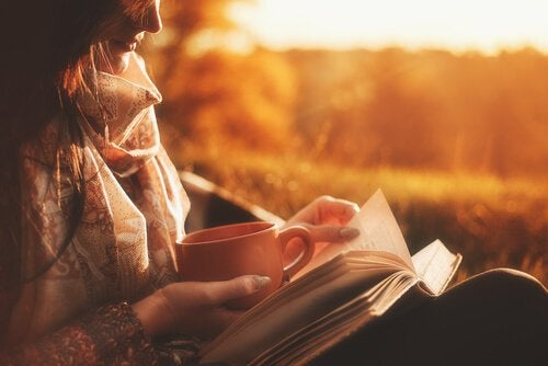 Kvinne nyter fordelene av å lese biografier