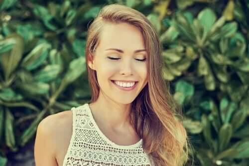 Kvinne smiler