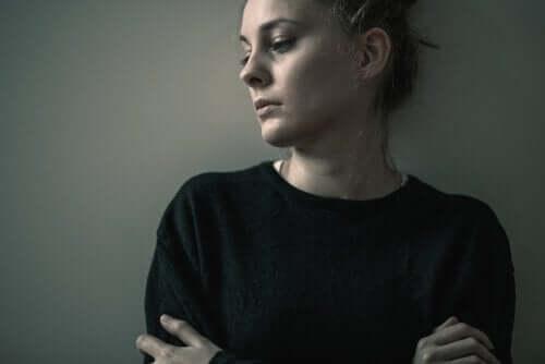 Trist kvinne med et eksistensielt vakuum