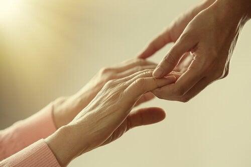Yngre og eldre hender