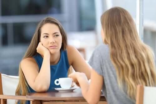 Irritert kvinne snakker med en venn