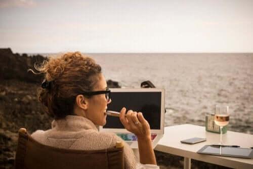 Kvinne jobber utendørs