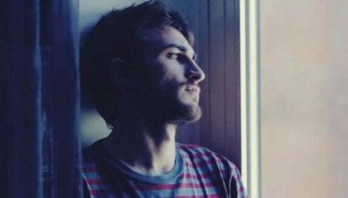 Mann ser ut vinduet: Råd for å komme i kontakt med ditt indre selv