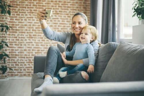 Mor og barn tar selfie
