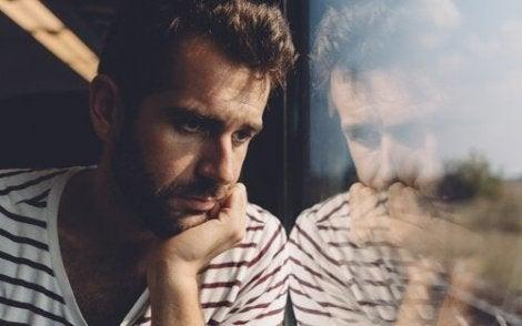Trist mann ser ut vindu