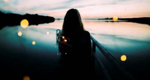 Kvinne ved vannet