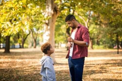 En far som har en streng samtale med sønnen.