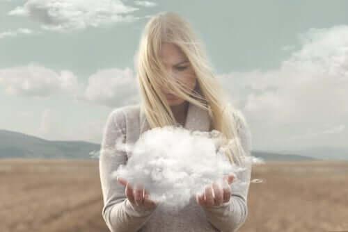 En kvinne som holder en sky i hendene.
