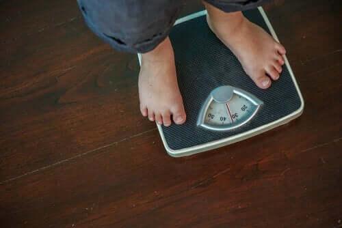 Overvektig mann veier seg