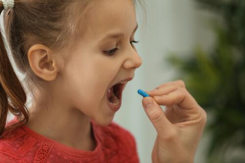 Ung jente tar pille