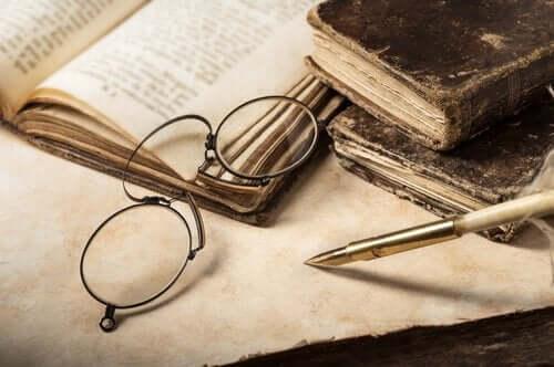 Briller ligger på bok