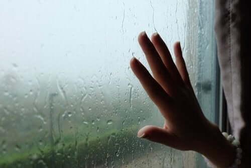 Hånd på vått vindu