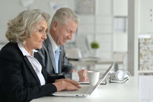 Eldre mennesker jobber
