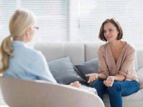 En kvinne som snakker med terapeuten sin.