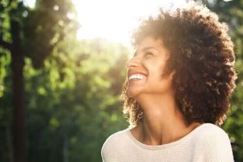 En smilende kvinne fri for generalisert angstlidelse.