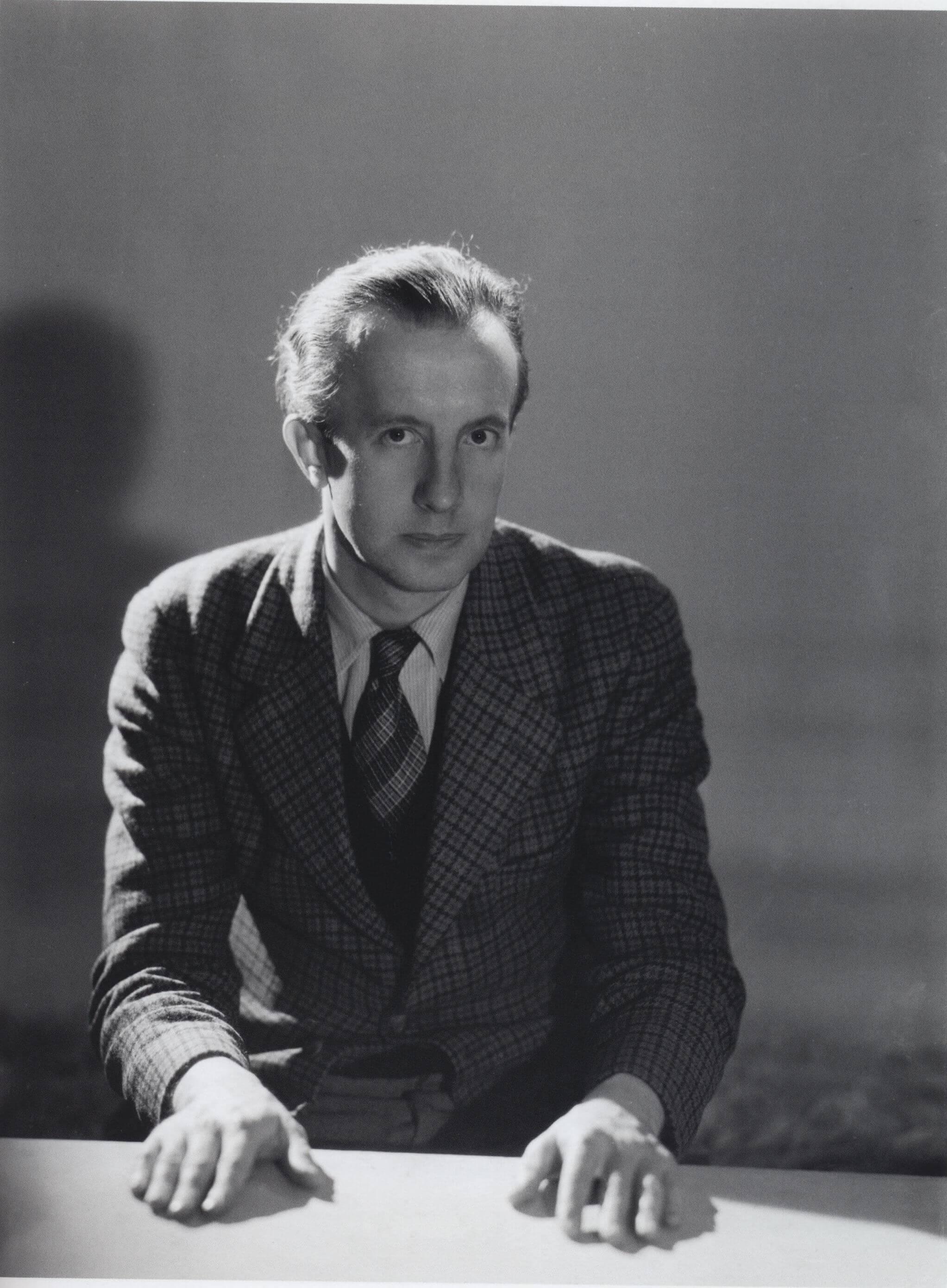 Paul Eluard ser inn i kameraet.