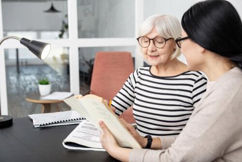 Progressiv supranukleær parese :En eldre kvinne som snakker med en psykolog.