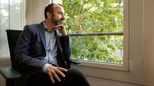 Rafael Santandreu ser ut av et vindu.