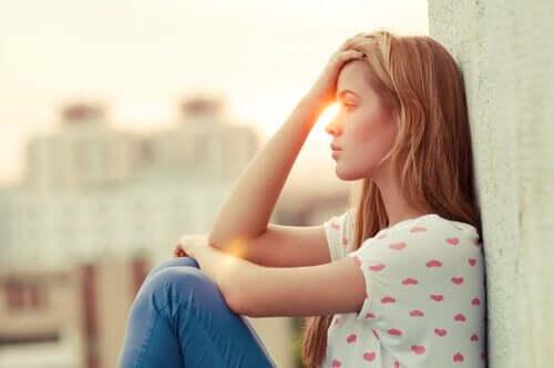 kvinne som ikke klarer å være glad på andres vegne.