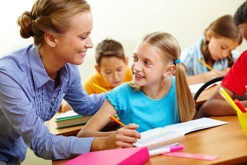 Lærer hjelper en elev.