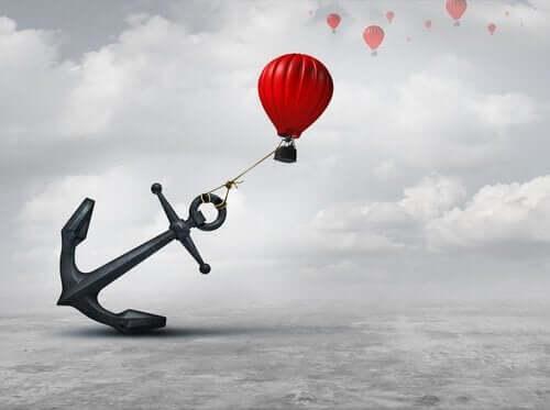 Å holde fast i ting gjør vondere enn å gi slipp på dem