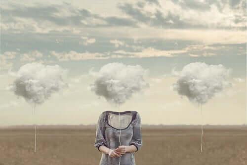 Kvinne med sky som hode