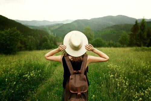 Kvinne i naturen har sluttet å holde fast i ting