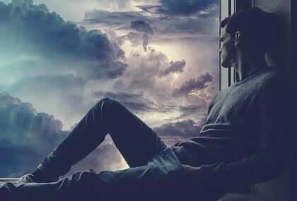 Mann ser på storm