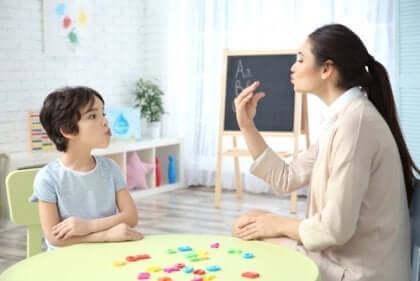 Lærer og barn med spesifikke språkvansker